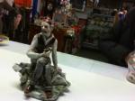 Statuina Vecchio Con Giornale Ceramica